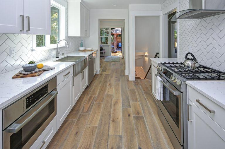 Quanto costa la posa dei pavimenti da cucina: la guida ai ...