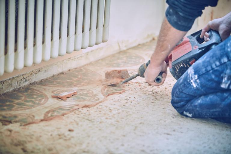 Rimuovere piastrelle dal pavimento senza romperle: come rimuovere le